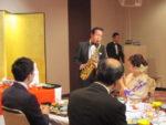 飯塚雅幸(サックス)が「ステキなお二人」の門出を祝し、お祝いの演奏を捧げました。