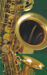 飯塚雅幸(サックス)が I 社長の出張レッスン中、会社内「音楽室」での練習風景です。