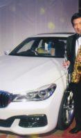 飯塚雅幸が高級外車とのポーズです、こんな外車には一生乗れませんが、自分の「分」で去年を目標に頑張ります。