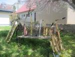 藤間知枝の「日本舞踊稽古場」の庭は小桜が咲き誇り散り始めました、その下でサックス達が花見です。